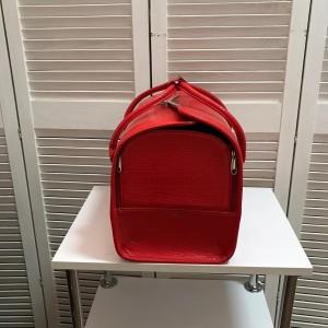 Красный кейс для визажиста